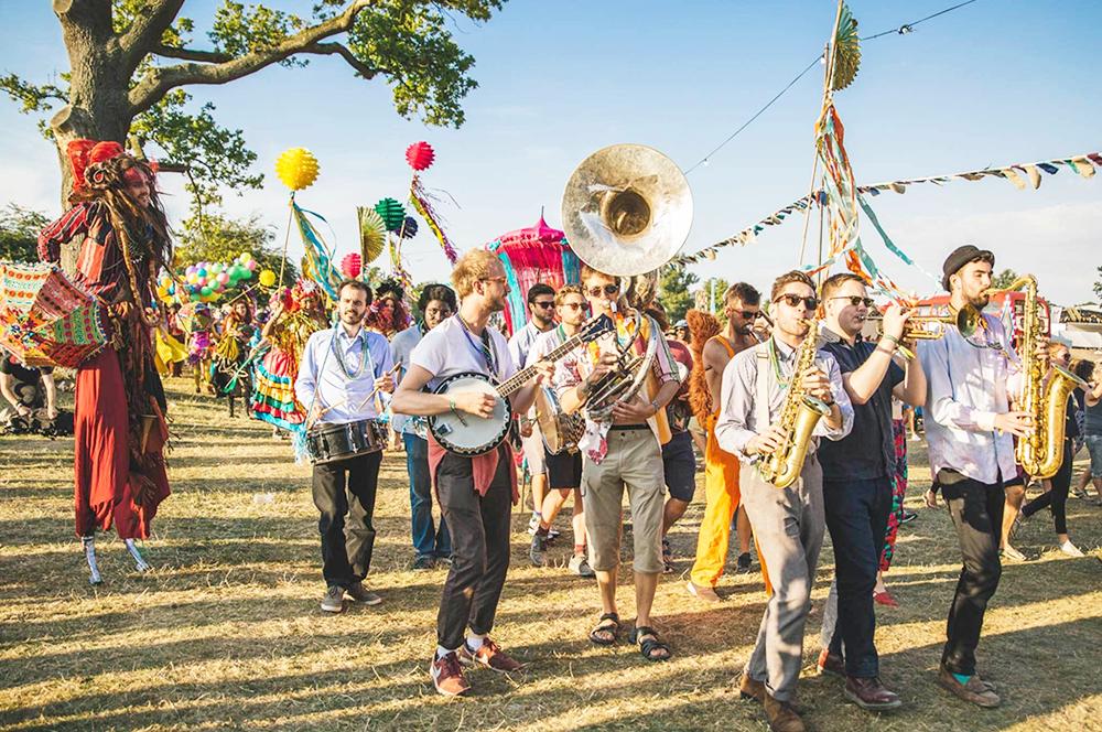 Khung cảnh sôi động của lễ hội âm nhạc mùa hè tại Anh.